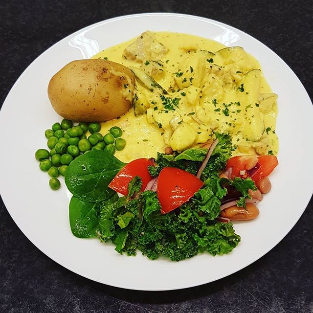 Krämig gryta med sejfilé, saffran, rotfrukter, champinjoner och zucchini. Serverades med kokt potatis och grönsaker.